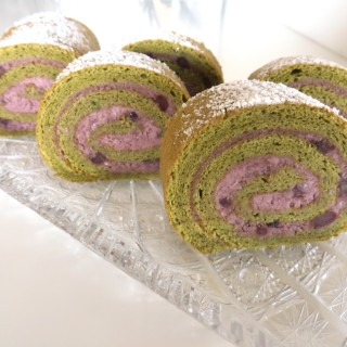 Matcha Roulade Cake with Red Bean Paste and Cream Filling • 抹茶 ロールケーキ| Fae's Twist & Tango